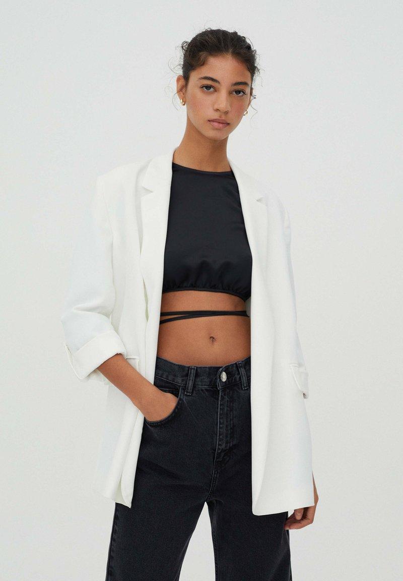 PULL&BEAR - Krótki płaszcz - white