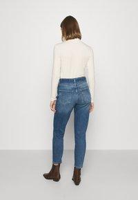 ONLY - ONLVENEDA LIFE MOM BELT - Relaxed fit jeans - dark blue denim - 2