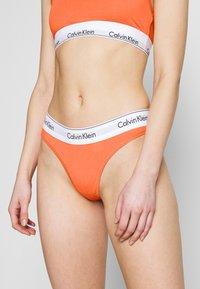Calvin Klein Underwear - MODERN THONG - String - grapefruit - 0