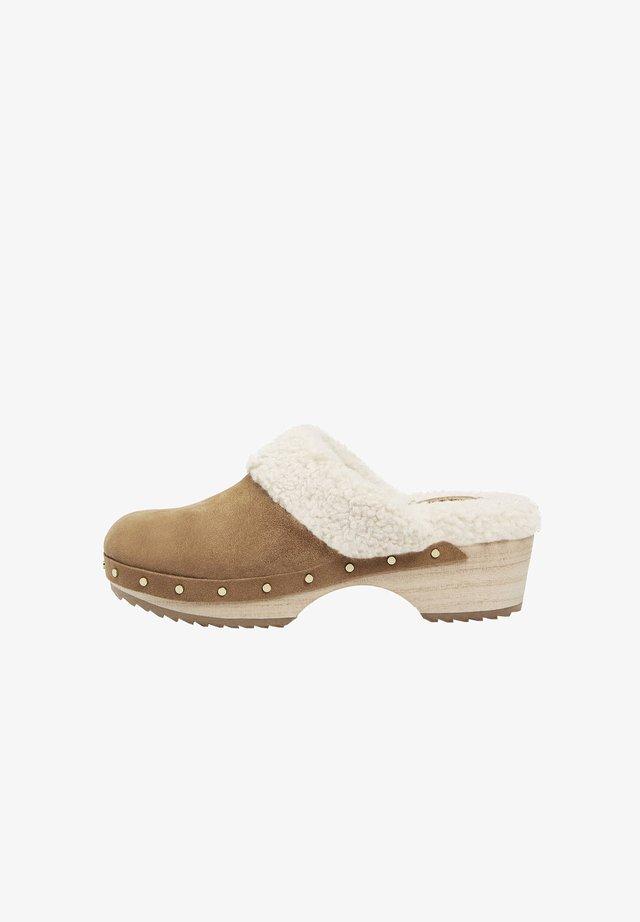 Clogs - brown