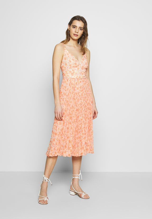 MARLEY PLEATED MIDI DRESS - Denní šaty - apricot harvest botanical