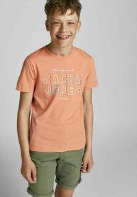 Jack & Jones Junior - T-shirt med print - shell coral - 3
