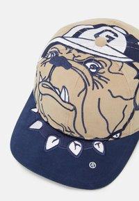 Mitchell & Ness - GEORGETOWN UNIVERSITY NCAA BIG LOGO DEADSTOCK SNAPBACK - Cappellino - light brown/blue - 3