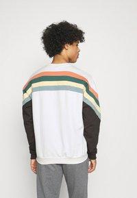 Kaotiko - CREW WALKER UNISEX - Sweatshirt - white - 2