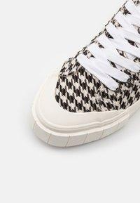 Good News - PALM CHECK - Baskets montantes - black/white - 5