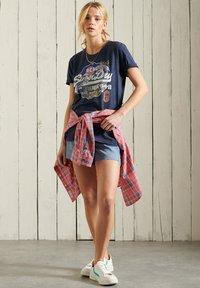 Superdry - T-shirt imprimé - lauren navy - 0