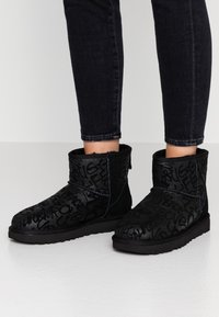 UGG - CLASSIC MINI SPARKLE GRAFFITI - Stövletter - black - 0