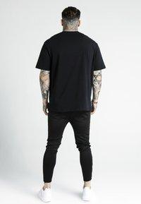 SIKSILK - DANI ALVES PRESTIGE ESSENTIALS TEE - Print T-shirt - black - 2