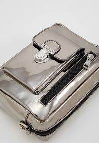 Won Hundred - ATHEN  - Marsupio - silver metallic - 8