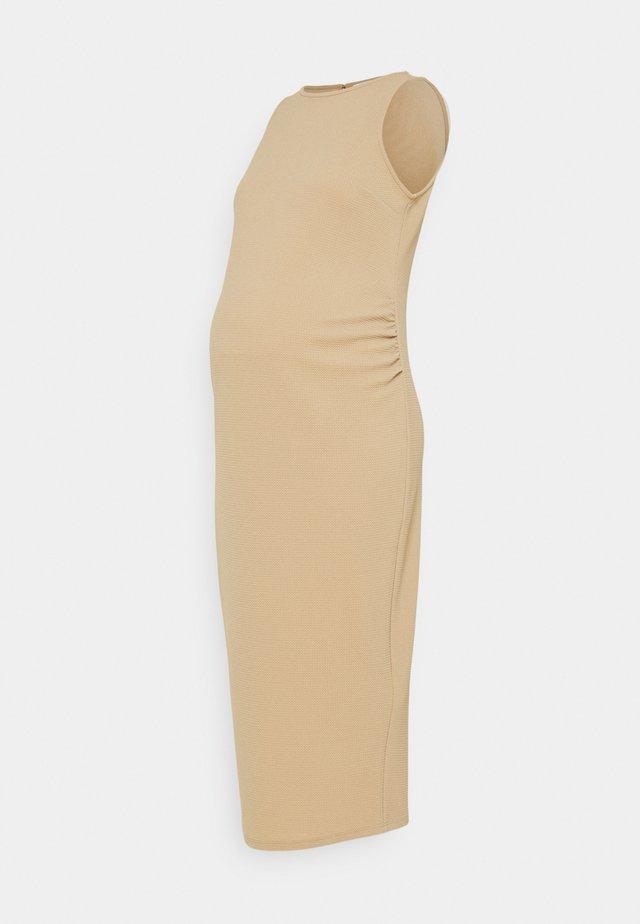 BODY CON DRESS - Sukienka z dżerseju - camel