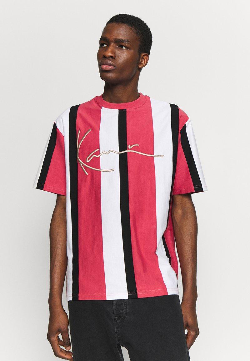 Karl Kani - UNISEX SIGNATURE STRIPE TEE - Print T-shirt - red