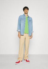 GANT - ORIGINAL SLIM V NECK - T-shirt - bas - foliage green - 1