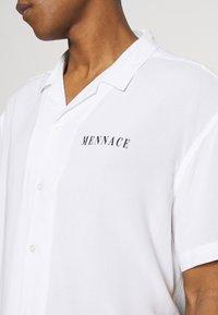 Mennace - SKULLS HEAD - Camicia - white - 5