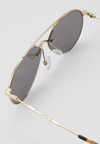 McQ Alexander McQueen - Sunglasses - gold-coloured/smoke - 2