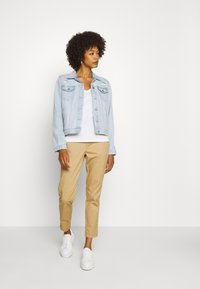 GAP - GIRLFRIEND - Pantalones chinos - beige - 1