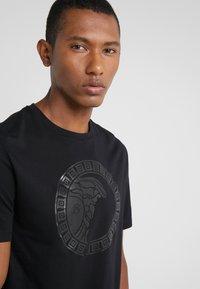 Versace Collection - GIROCOLLO REGOLARE - Print T-shirt - nero - 4
