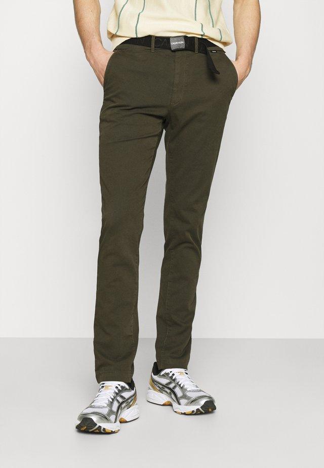 SLIM FIT GARMENT DYE BELT - Chino kalhoty - green