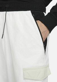 Nike Sportswear - Träningsbyxor - summit white/light bone/black/black - 3