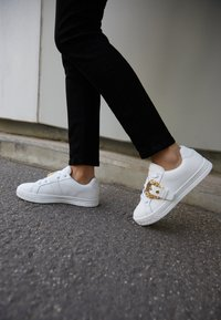 Versace Jeans Couture - Trainers - bianco - 3
