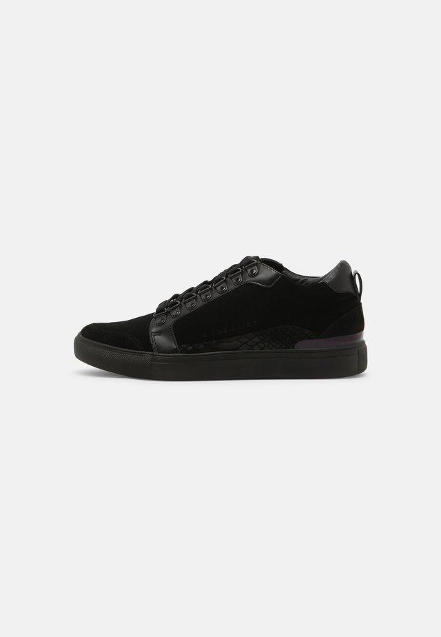 SKYLEN DRENCH MID TOP - Sneakersy niskie - black