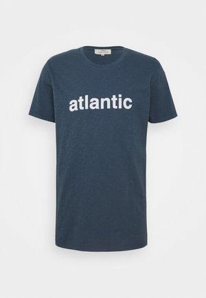 ATLANTIC UNISEX - T-shirt print - blue shadow/off-white
