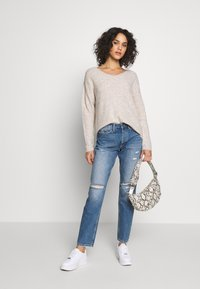 Vero Moda - VMCREWLEFILE V NECK - Sweter - birch - 1