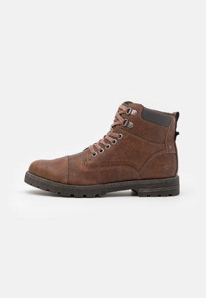 Šněrovací kotníkové boty - rust
