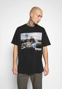 Mennace - ICE CUBE OVERSIZED WASHED TEE - T-shirt imprimé - washed black - 0