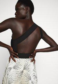Victoria Victoria Beckham - OFF SHOULDER BACKLESS DRESS - Vestito elegante - dunes - 5