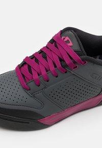 Giro - RIDDANCE - Cycling shoes - dark shadow/berry - 5