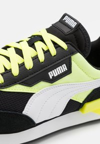 Puma - FUTURE RIDER NEON PLAY UNISEX - Trainers - black/fizzy yellow - 5