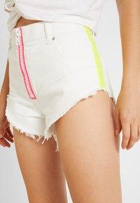 Diesel - DE-CHERYL SHORTS - Denim shorts - white denim - 4