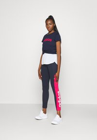 adidas Performance - ESSENTIALS SPORTS SLIM SHORT SLEEVE TEE - T-shirts med print - dark blue/pink