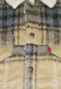 Levi's® - TRUCKER UNISEX - Light jacket - camel/blue - 2