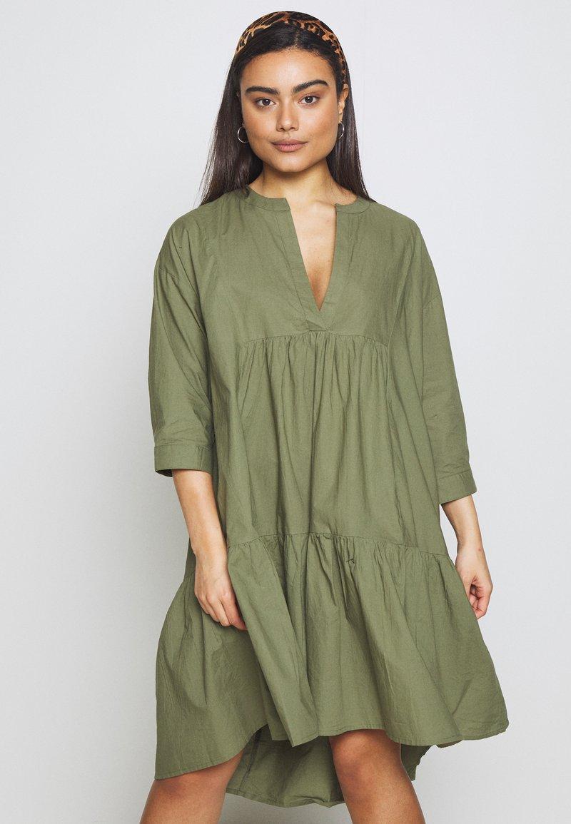 YAS Petite - YASMERIAN DRESS PETITE ICONS - Sukienka letnia - four leaf clover