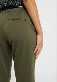 Vero Moda Petite - VMFLASH PANT - Chino - ivy green - 5