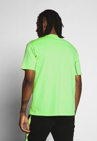 Mennace - CURVED PIPING - T-shirt imprimé - lime green - 2