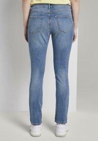 TOM TAILOR DENIM - JEANSHOSEN LYNN ANTIFIT JEANS MIT TUNNELZUG AM BUND - Slim fit jeans - light stone blue denim - 2