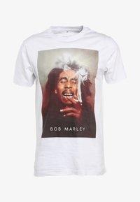 Mister Tee - BOB MARLEY SMOKE - Print T-shirt - white - 4