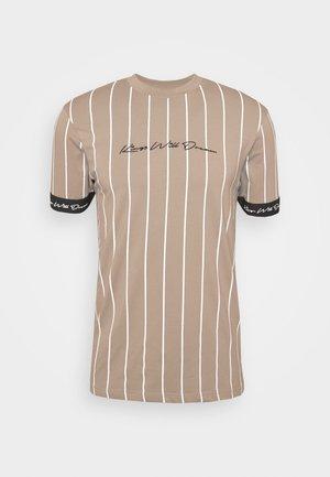 CLIFTON - T-shirt z nadrukiem - light brown/white