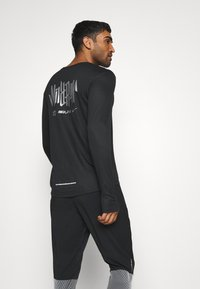 Nike Performance - PACER CREW  - Camiseta de deporte - black/particle grey/silver - 2