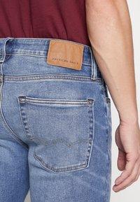 American Eagle - MEDIUM WASH TAPER - Jeans slim fit - medium bright indigo - 5