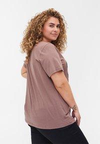 Zizzi - Print T-shirt - deep taupe - 2