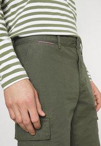 Tommy Hilfiger - JOHN CARGO - Shorts - army green - 4