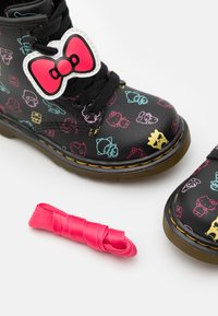 Dr. Martens - 1460 HELLO KITTY & FRIENDS UNISEX - Lace-up ankle boots - black hydro - 5