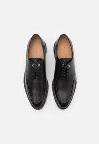 Royal RepubliQ - COLLISION DERBY SHOE - Zapatos de vestir - black - 3