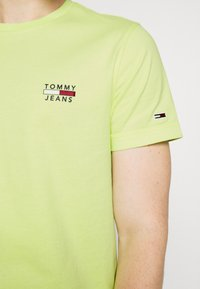 Tommy Jeans - CHEST LOGO TEE - Print T-shirt - green - 4
