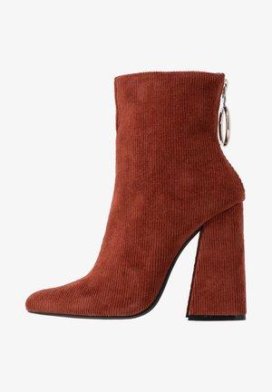 LOLA SKYE LAKE OVERSIZED RING POINT BOOT - Kotníková obuv na vysokém podpatku - brown