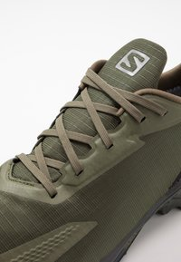 Salomon - ALPHACROSS BLAST GTX - Obuwie do biegania Szlak - olive night/black/ebony - 5