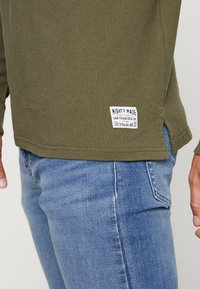Levi's® - MIGHTY MADE RUGBY  - Piké - olive night/ black/natural - 5